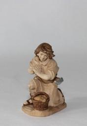 Hirte mit Korb knieend Krippenfigur Gebeizt